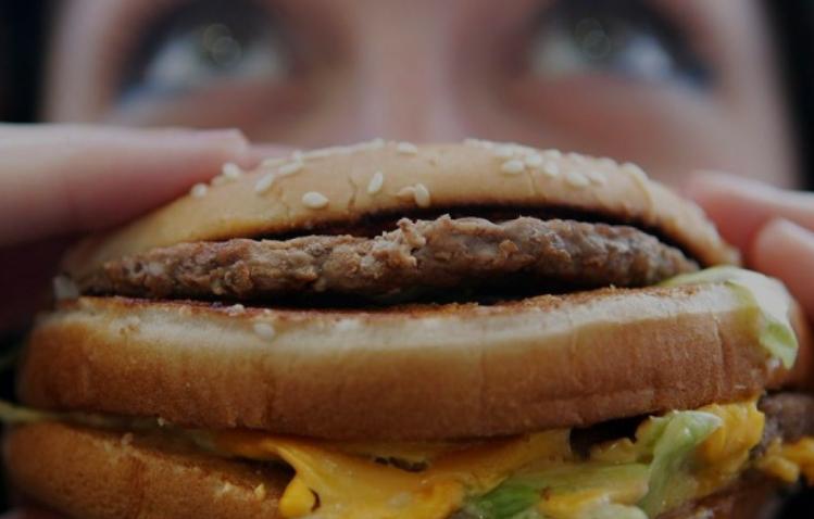 Bahaya Makan Makanan Cepat Saji saat Berbuka, Yakin Mau Diteruskan?